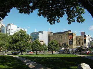 オンタリオ州会議事堂から見たトロント総合病院です。見えている建物のほとんどが病院です。