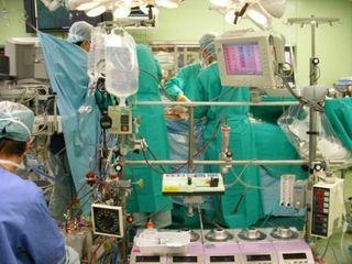 体外循環(ポンプ)の実例です。これを使わない手術がオフポンプ手術です。
